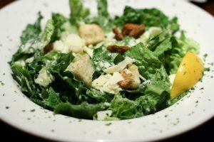Come preparare una Caesar salad coi fiocchi