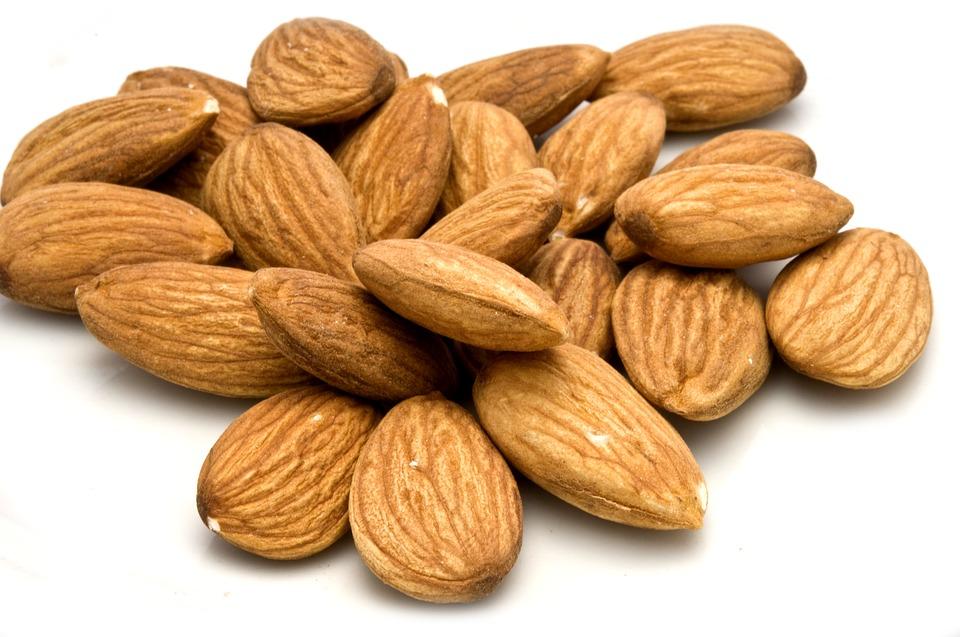 Gli innumerevoli (e incredibili) benefici delle mandorle Proprietà degli alimenti